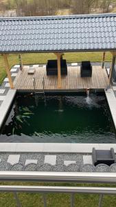 Fertiger Teich mit Abdeckung und Fischbesatz